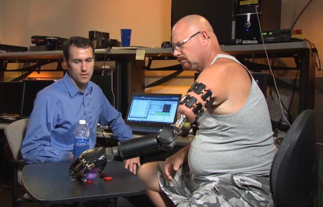 Ta zaawansowana proteza ręki jest sterowana za pomocą umysłu. Płynność ruchów jest imponująca!