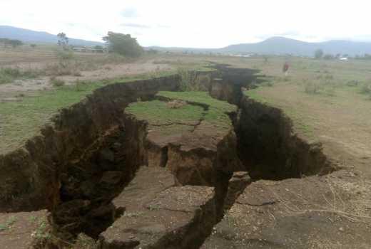 Gigantyczne pęknięcie w ziemi rozerwało drogę. Ma przynajmniej 3 km długości i 6 m głębokości