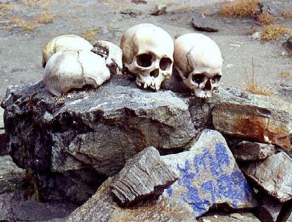 W Himalajach znajduje się jezioro, w którym spoczywa 200 szkieletów. Co tu się właściwie stało?