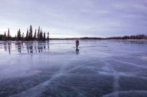Jak się uratować, jeśli na zamarzniętym jeziorze załamie się pod tobą lód? Liczy się każda sekunda