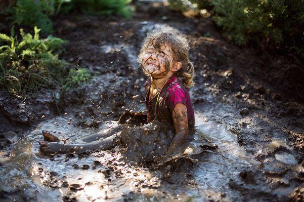 Dzieci, które bawią się w piasku i błocie rosną zdrowsze i silniejsze. Odrobina brudu nie zaszkodzi