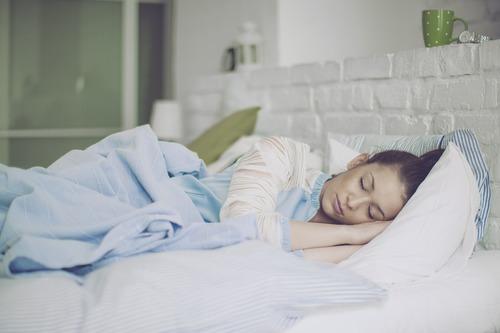 spanie na lewym boku