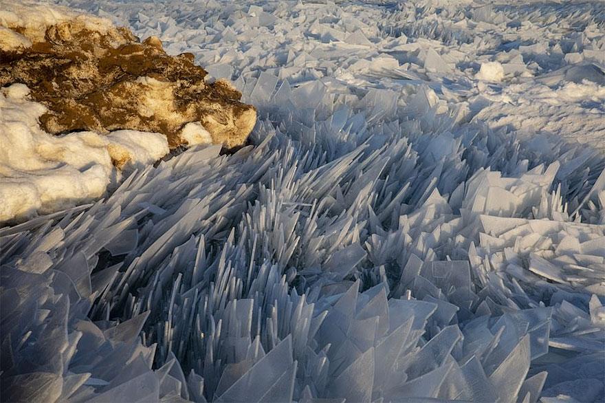 Wir polarny i ekstremalne temperatury zamieniły jezioro Michigan w lodową krainę z bajki