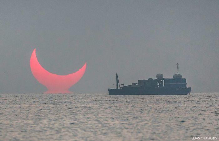 """Niesamowity wschód słońca podczas zaćmienia. """"Rogi diabła"""" zostały uchwycone na zdjęciach"""
