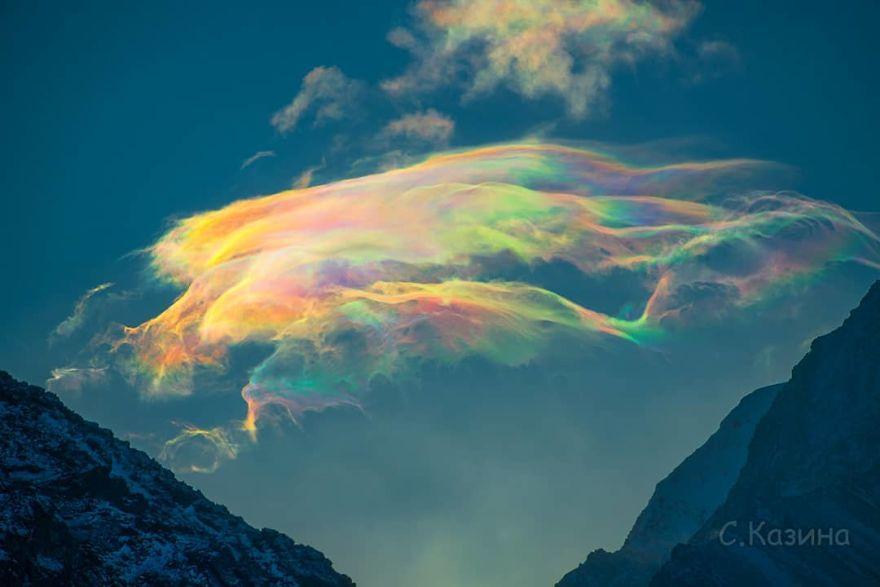 Kobieta uchwyciła spektakularne zjawisko iryzacji chmur na najwyższym szczycie gór Ałtaj