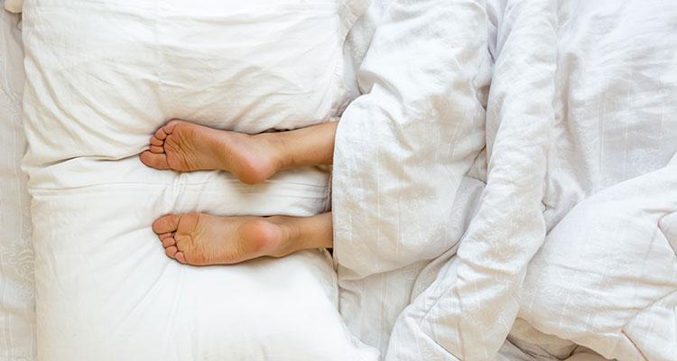 Dlaczego trudno nam się powstrzymać przed wystawieniem stopy spod kołdry, kiedy próbujemy zasnąć