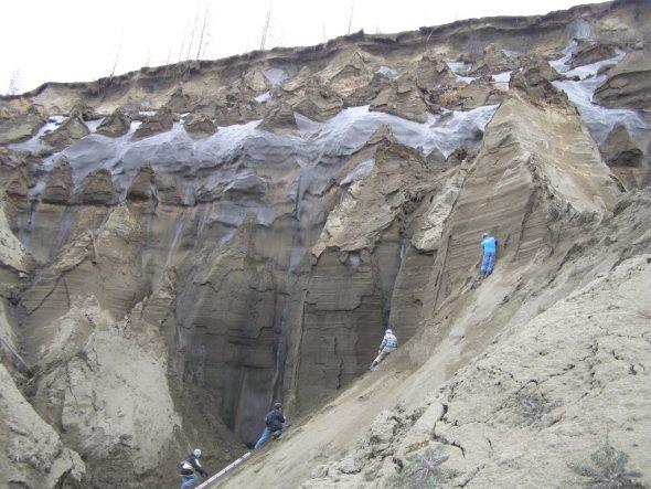 """Syberyjska """"brama do piekieł"""" nieustannie się pogłębia przez fale upałów i pożary w regionie"""