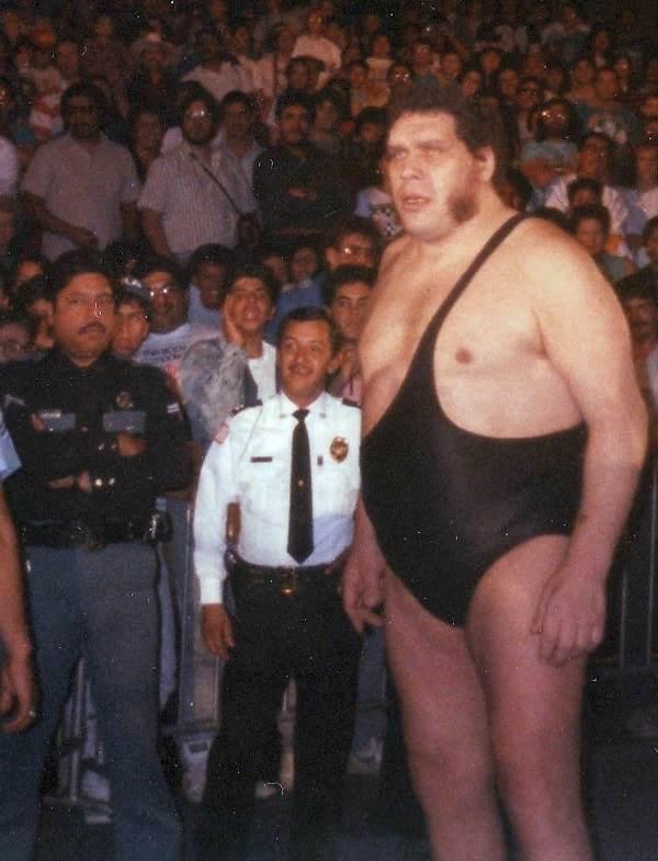 Gigant Andre – mężczyzna, który mierzył 2,24 metra wzrostu. Jego gabaryty są oszałamiające