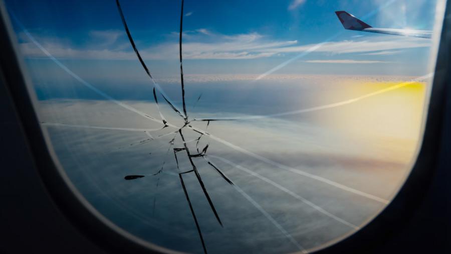 Co się stanie, jeśli podczas lotu samolotem pęknie szyba? Jak się zachować w takiej sytuacji?