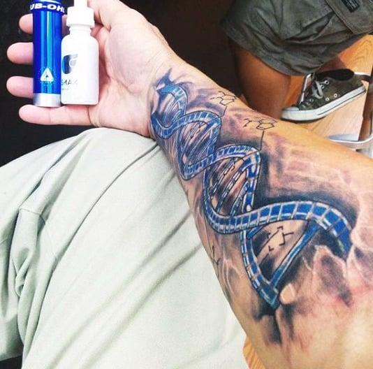 20 tatuaży inspirowanych nauką i technologią. Niektóre wzory są naprawdę genialne
