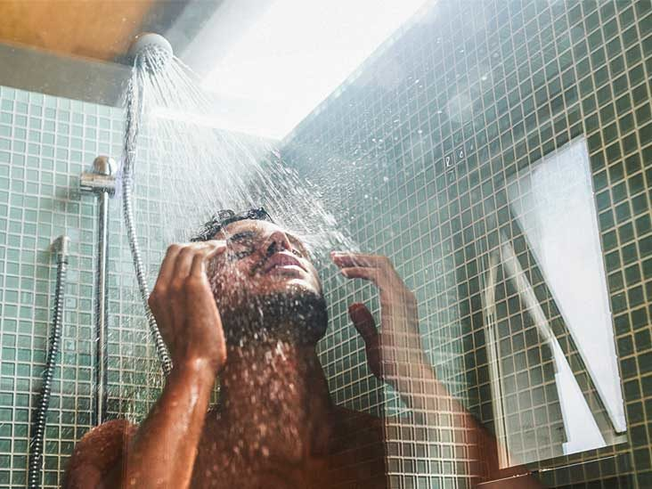 Dermatolodzy wyjaśniają, dlaczego wieczorny prysznic może przynieść nam wiele korzyści